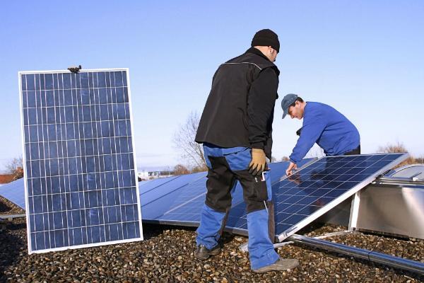 Montage von Solaranlagen auf dem Flachdach