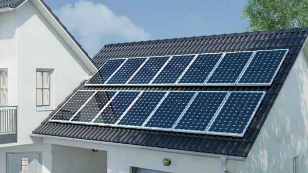 Photovoltaik auf Hausdach fuer Sonnenenergie