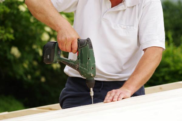 Das Dach wird beplankt und mit Dachpappe und Schweißbahnen abgedeckt