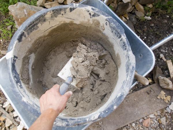 Eine Betonmaschine ist notwendig, um den Zement anzumischen