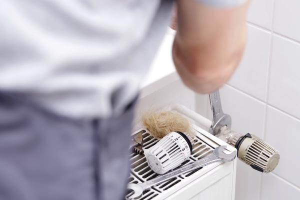 Die Reparatur undichter Gasleitungen sollte unbedingt ein Fachmann verrichten. Niemals selbst Hand anlegen!