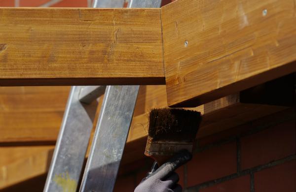 Das Holz mit einer Schutzlasur behandeln