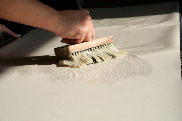 Der Kleister muss richtig verteilt werden, damit die Tapete einen starken Halt bekommt