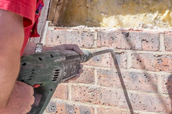 Mit dem Bohrhammer wird eine alte Wand weggestemmt