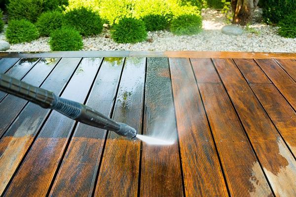 Holzterrassen brauchen neben der Reinigung auch Öle und Wachse zum Schutz vor Schäden