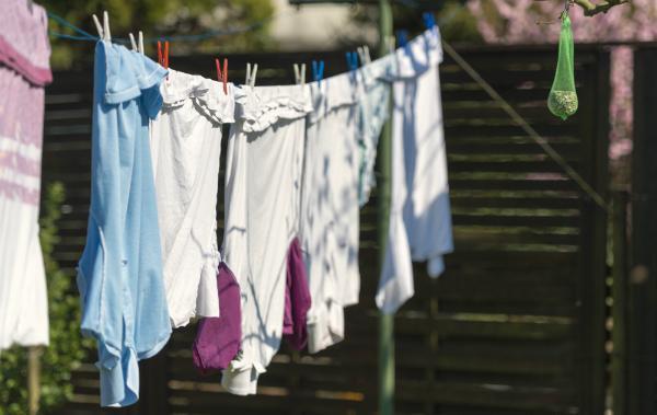 Wäsche aufhängen statt im Trockner zu trocknen spart Geld und ist nützlich für das Raumklima