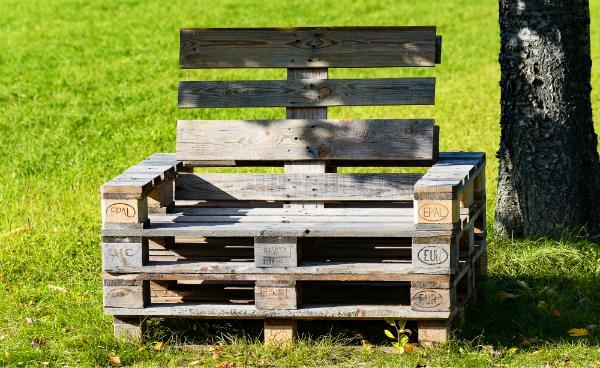 Aus alten Europaletten lassen sich hervorragend Gartenmöbel bauen