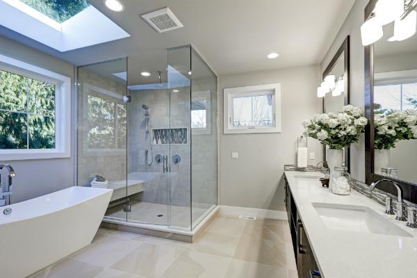 Geraeumiges Badezimmer in Grautoenen mit Fussbodenheizung