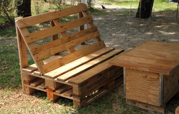 Aus alten Holzöbeln oder Holzresten kann man wundervoll Kisten oder Tische für Gartenmöbel bauen