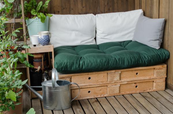 Gemuetliche Couch aus Holzpaletten