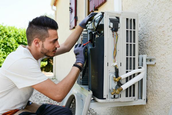 Installation einer Klimaanlage an der Aussenfassade
