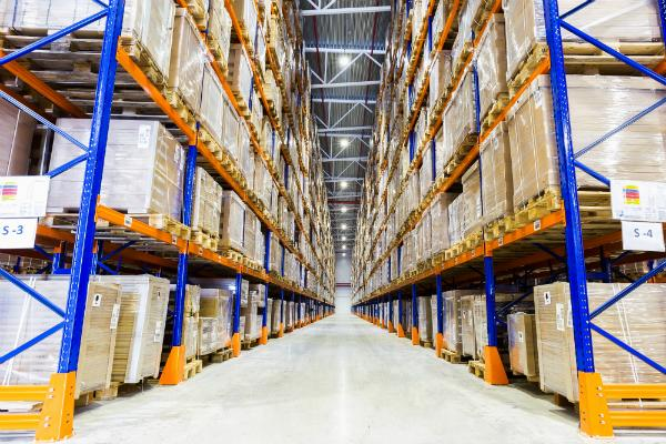 Bei Betonböden (z. B. in Lagerhallen) sind spezielle Anforderungen gegeben