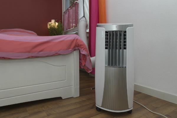 Mobile Klimaanlage kuehlt das Schlafzimmer