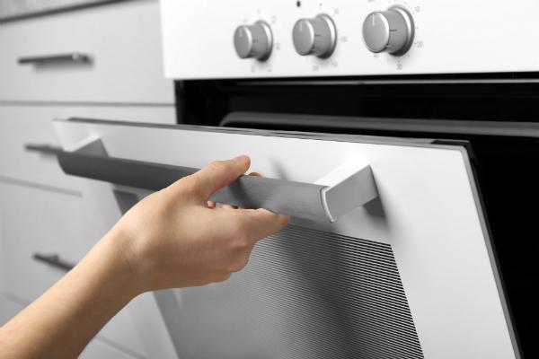 Beim öffnen von Türen, Öfen und Co. sind kleinere Stromstöße möglich