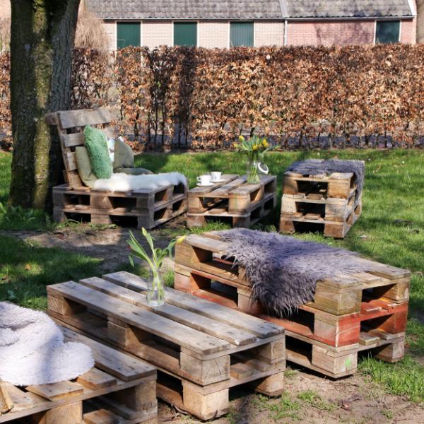 Upcycled Sofas und Tische aus Paletten