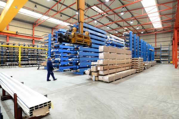 Industriehalle mit gelagerten Baumaterialien