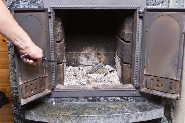Die Brennkammer sollte regelmäßig gereinigt werden