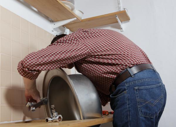 Montage des Waschbeckens auf dem Waschtisch