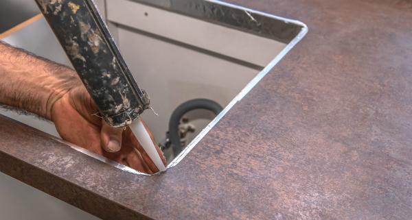 Montage eines Waschbeckens mit Klebstoff