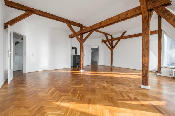 Typische Fachwerk-Holzbalken in einer modernen Wohnung
