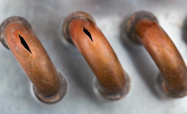 Durch geforene Rohre können Risse entstehen