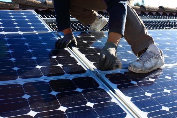 Solarpanele werden angebracht
