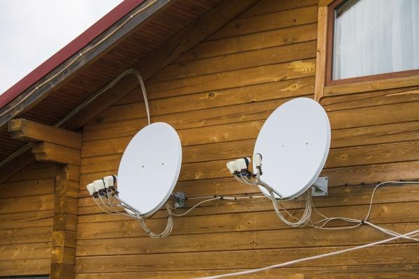 Die Montage von Satellitenschuesseln an der Hausfassade ist eher suboptimal