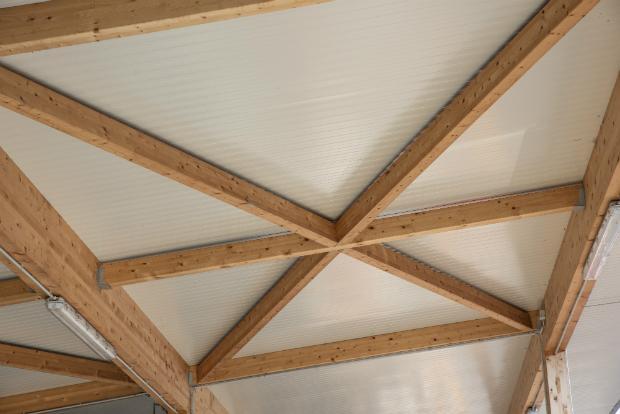 Auch unter dem Dach sollte das Holz mit Schutzmitteln geschützt werden