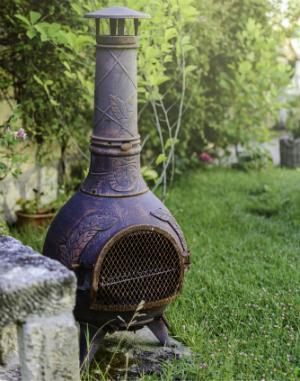 Ein Terrassenkamin malerisch im Garten platziert