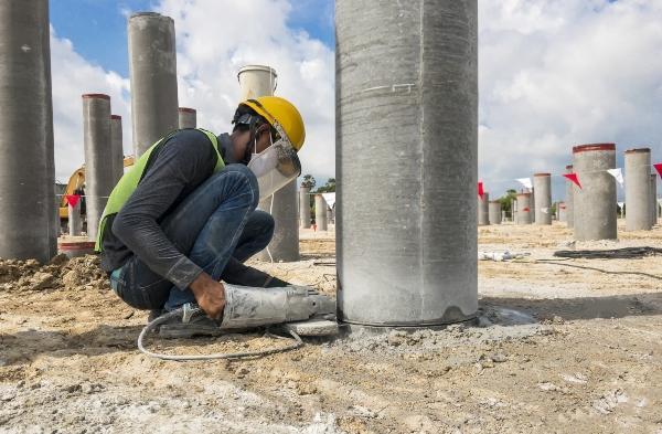 Bauarbeiter mit elektrischem Betonschneider