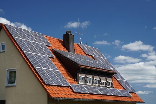 Photovoltaik Anlage auf einem Dach mit Dachgauben