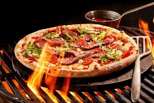 pizza-backen-holzkohlegrill-aus-keramik