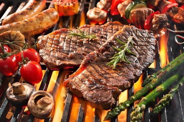 steaks-grillwurst-gemuese-grill-holzkohlegrill-aus-keramik