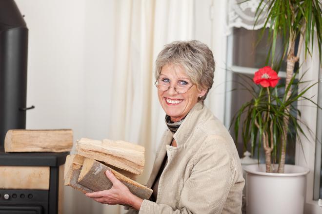 Dame mit Holzscheiten