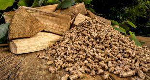 Holzscheite und Holzpellets