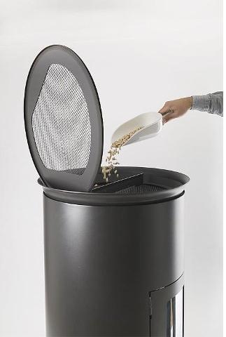 Pelletofen mit schwarzem Sockel aus Metall