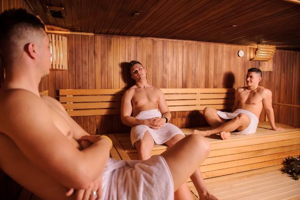 3 Männer in klassischer Sauna