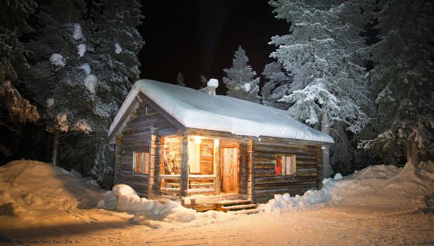 Blockhütte im Schnee - idealer Ort für die Gartenparty im Schnee