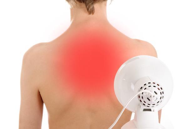 Infrarot Lampe, die auf den Rücken einer Frau strahlt
