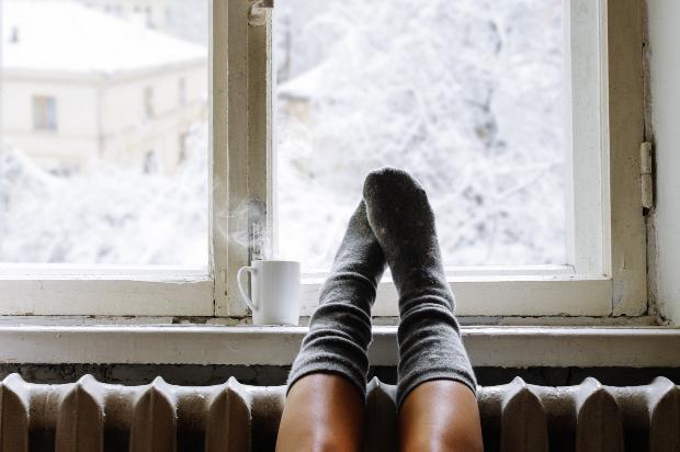 Füße gemütlich auf der Heizung - richtig Heizen im Winter ist einfach wenn man ein paar Dinge beachtet