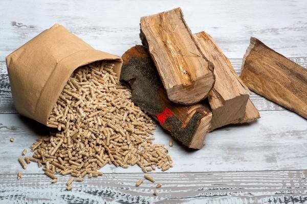 Scheitholz und Holzpellets heizen-mit-scheitholz