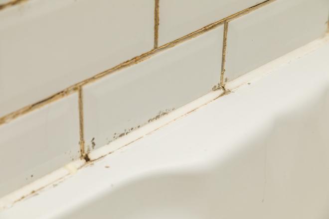 Vergilbte Fugen in der Badewanne