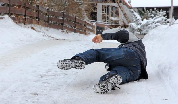 Mann rutscht auf Weg aus - Streuwagen, Schneewanne und Eiskratzer helfen