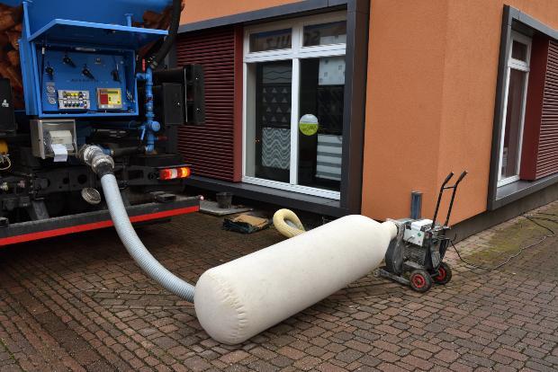 Tankwagen liefert Pellets für Pelletsilos von Viessmann