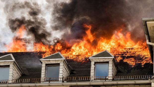 Dachstuhl brennt - Sicherheit am Kaminofen ist essenziell