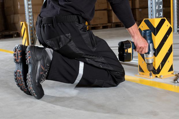 Sicherheitskleidung am Arbeitsplatz - Arbeitsschuhe sorgen für Sicherheit