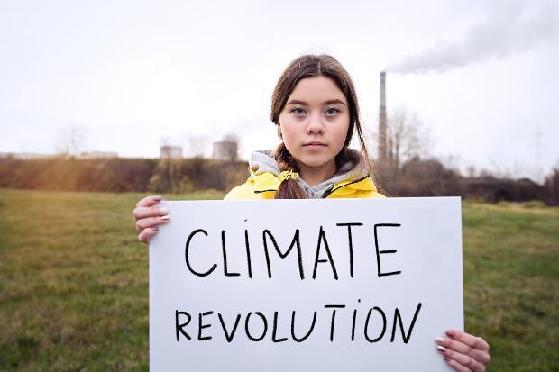Mädchen protestiert für die Klimarevolution