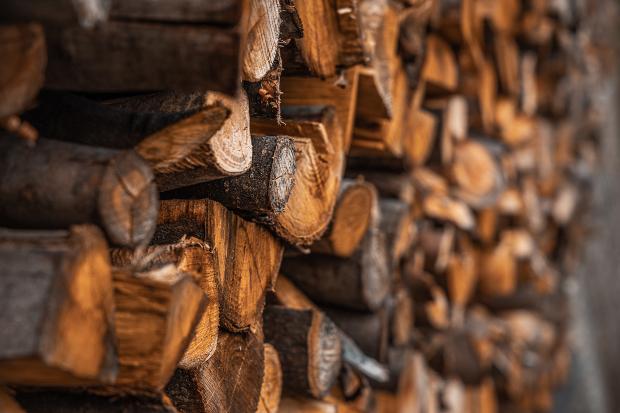 Stapel mit Holzscheiten, um ökologisch mit Holz zu heizen
