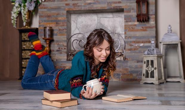 Junge Frau liegt auf dem Boden mit einer Fussbodenheizung