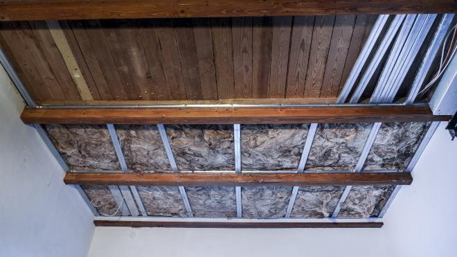 Dämmung unterhalb der Decke angebracht